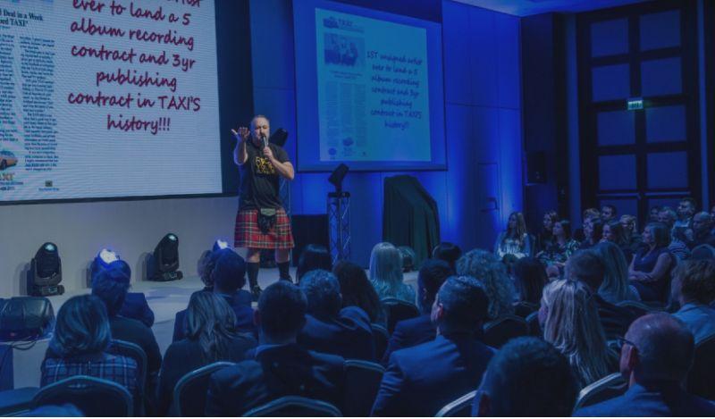Interview med skotte som sælger musikalske business events i Polen